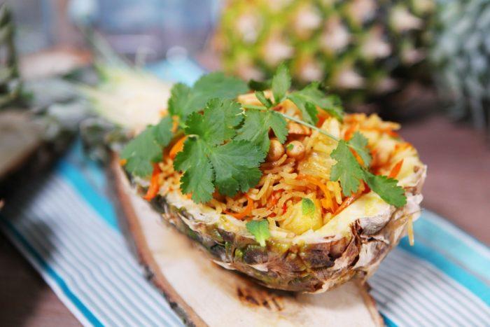 Рис с овощами по-тайски в ананасе