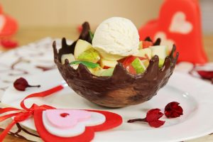 Фруктовый салат в шоколадной корзине