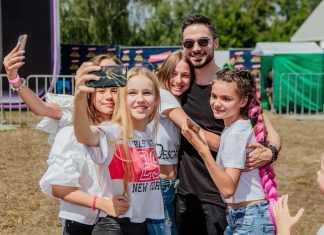 Звезды сериала «Школа» снялись в фотосессии с фанатами 1