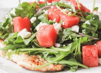 салат из курицы, рукколы и арбуза
