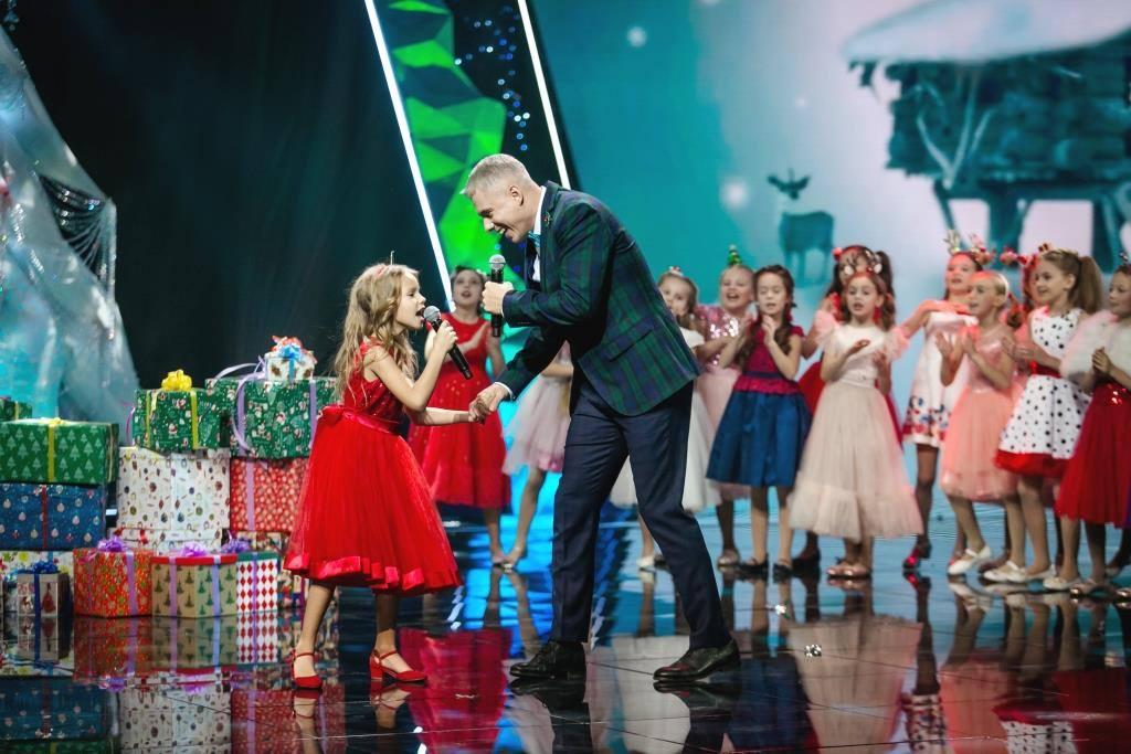 Ведущий Андрей Доманский впервые спел с дочерью Кирой в новогоднем концерте Интера 2