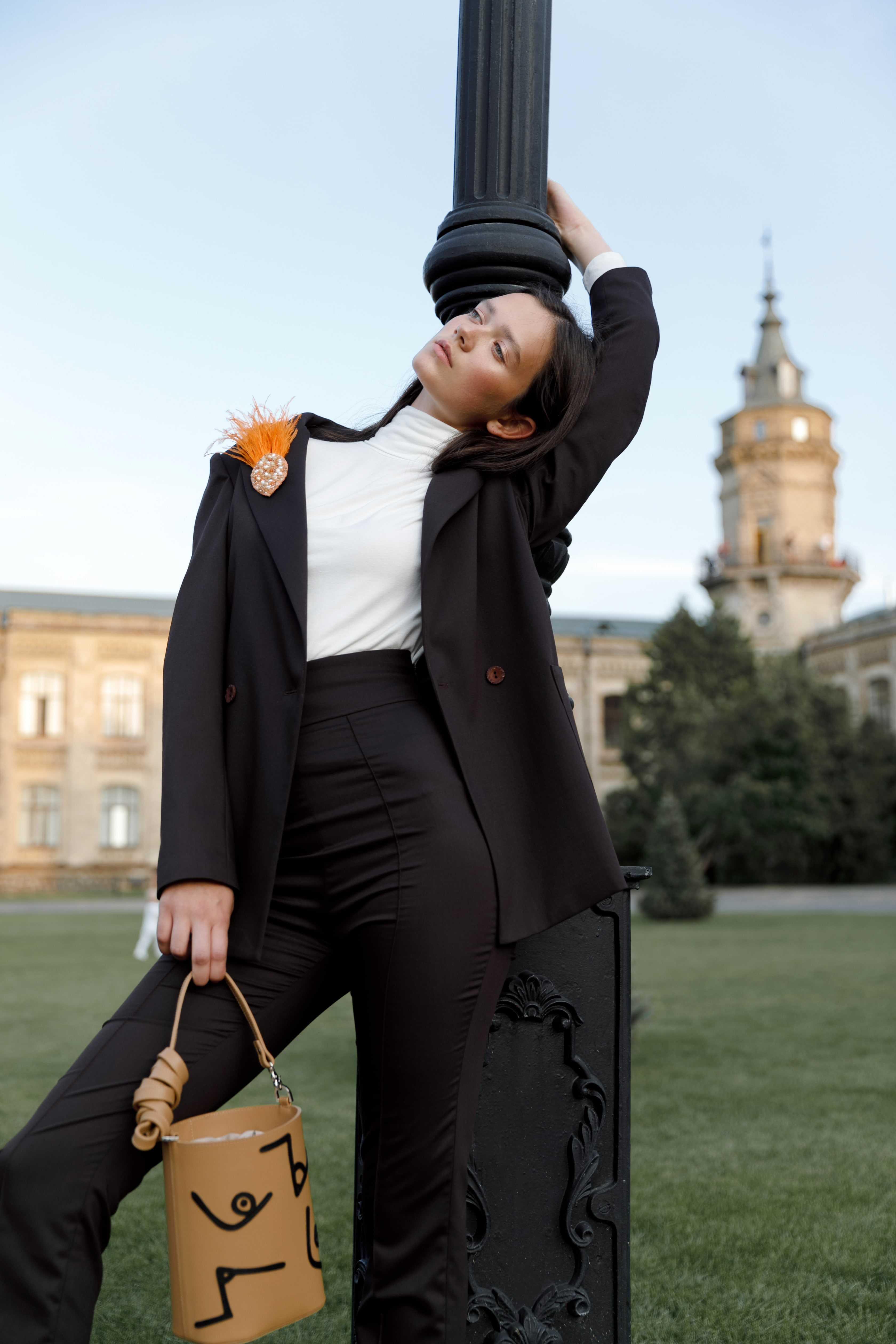 Городская осень 2019 стильные образы от украинских брендов костюм ELENA GURANDA, сумка KOZHUHAR, украшения UMORANOVA