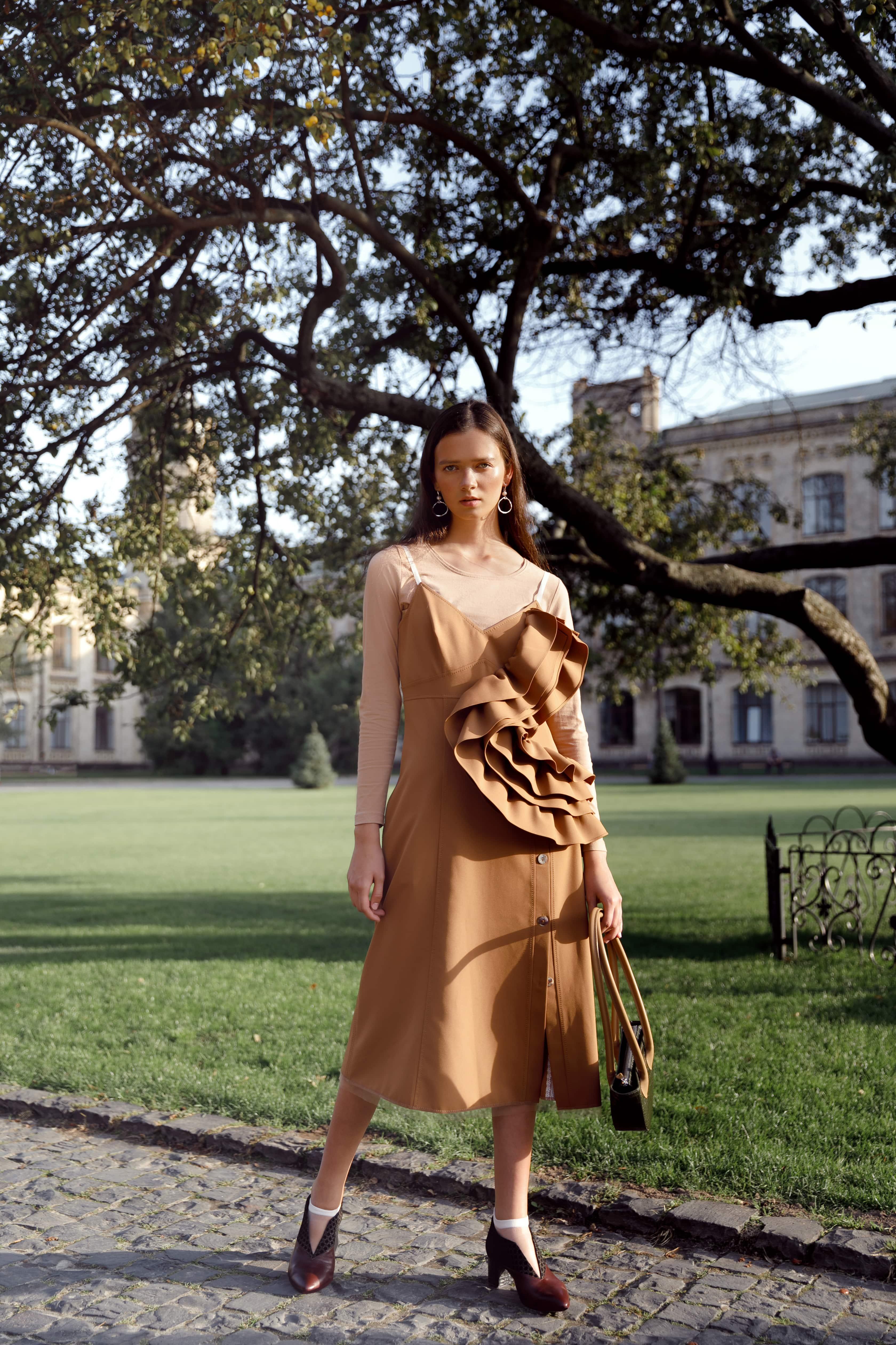 Городская осень 2019 стильные образы от украинских брендов платье CIX, сумка KOZHUHAR, обувь Hameleon shoes, украшения UMORANOVA