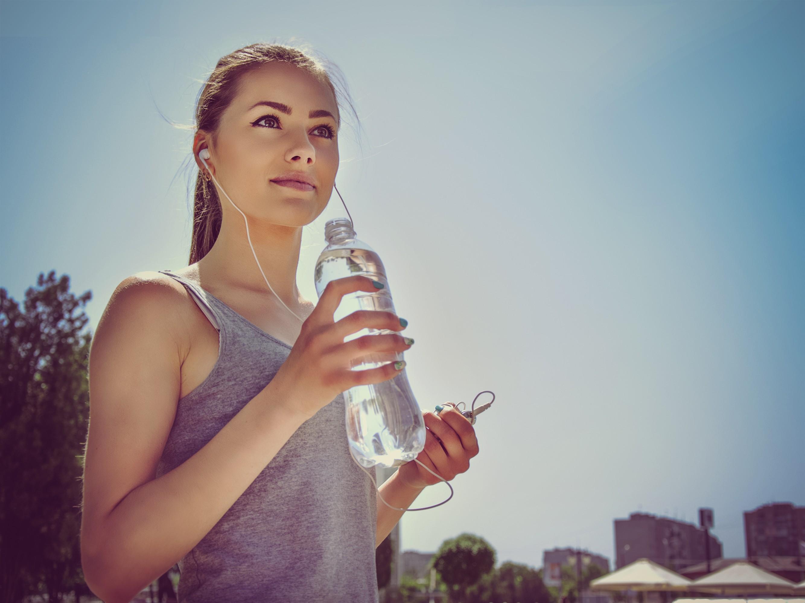 Пей много воды, особенно, когда чувствуешь небольшойголод