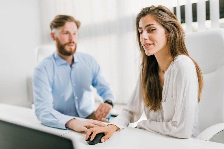 15 ознак того, що начальник до тебе небайдужий