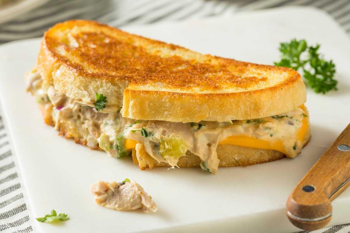 Бутерброд з пармезаном і тунцем