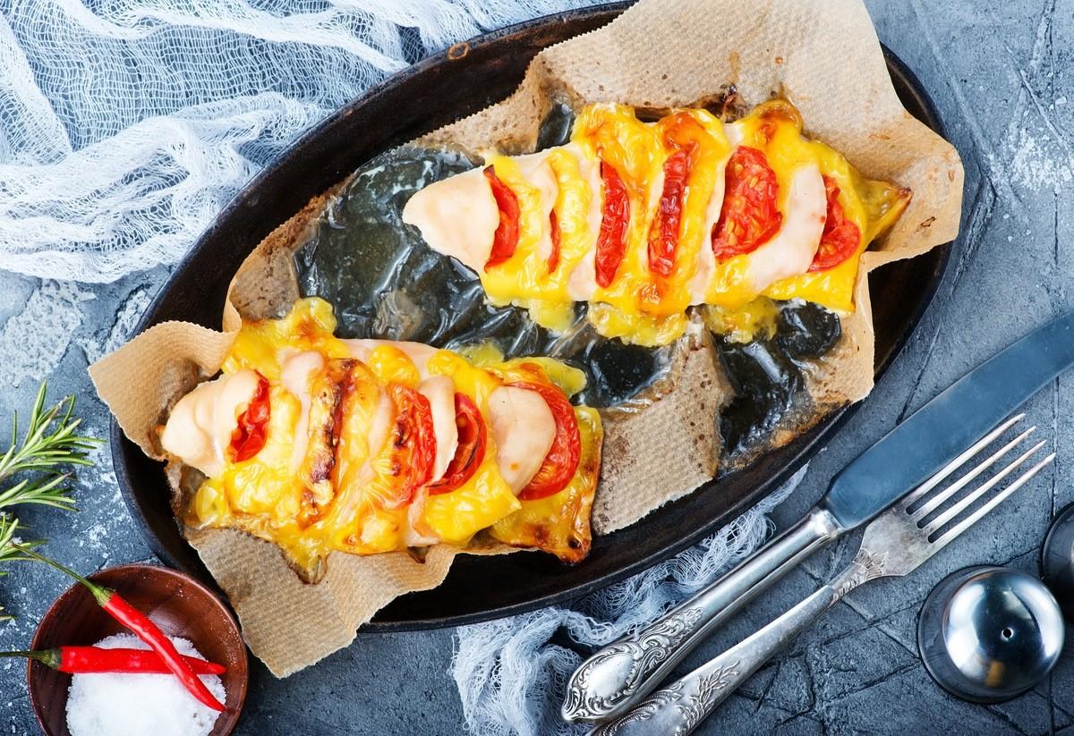 Курячі грудки, запечені з томатами та сиром