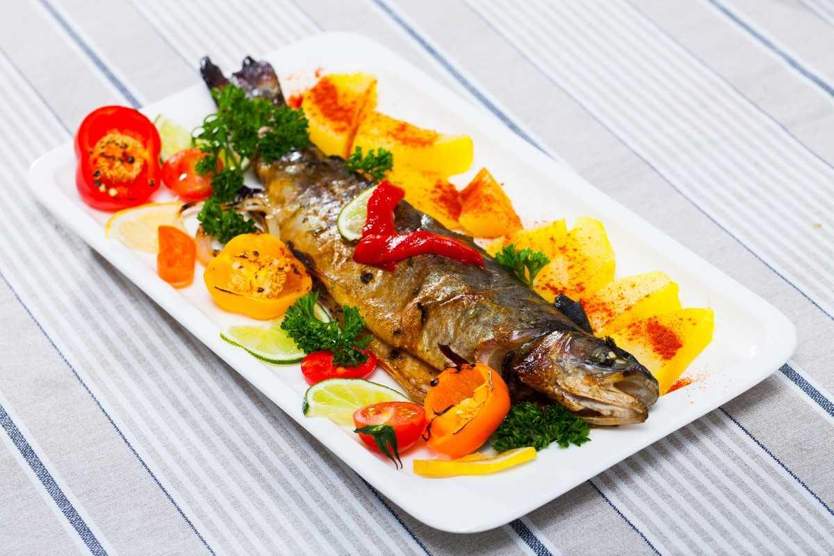 Forelle mit Gemüse im Ofen