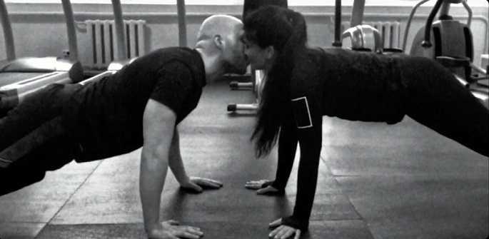 Vlad Darwin zeigte Streit und Küsse mit seiner Frau in einem neuen Video