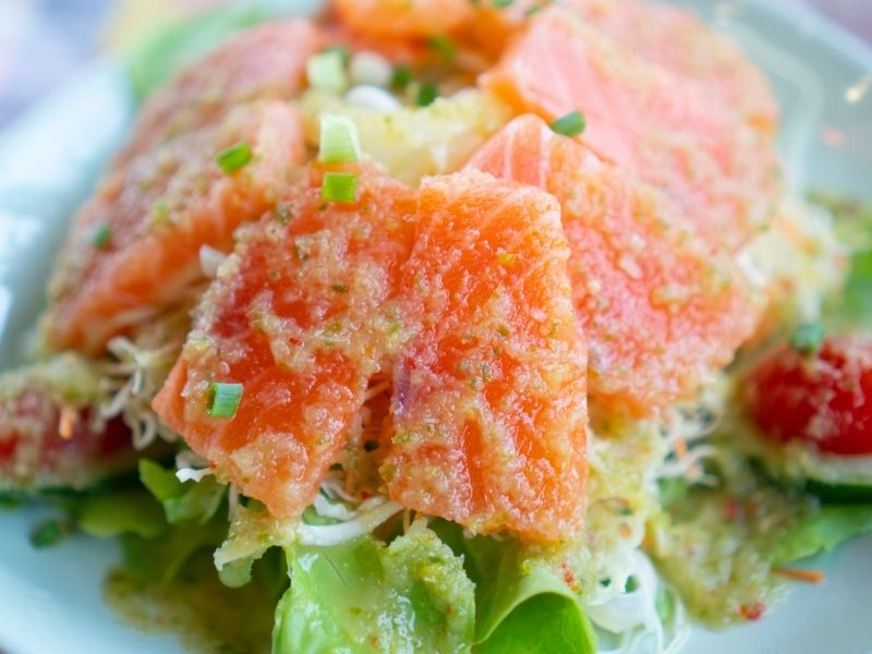 Слоёный салат из лосося с сыром и помидорами