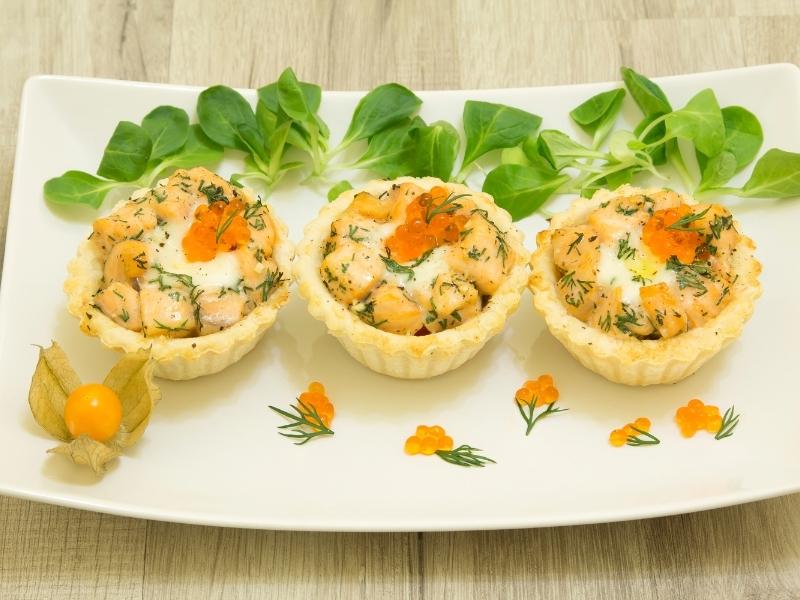 Тарталетки с лососем, огурцами и крем-сыром