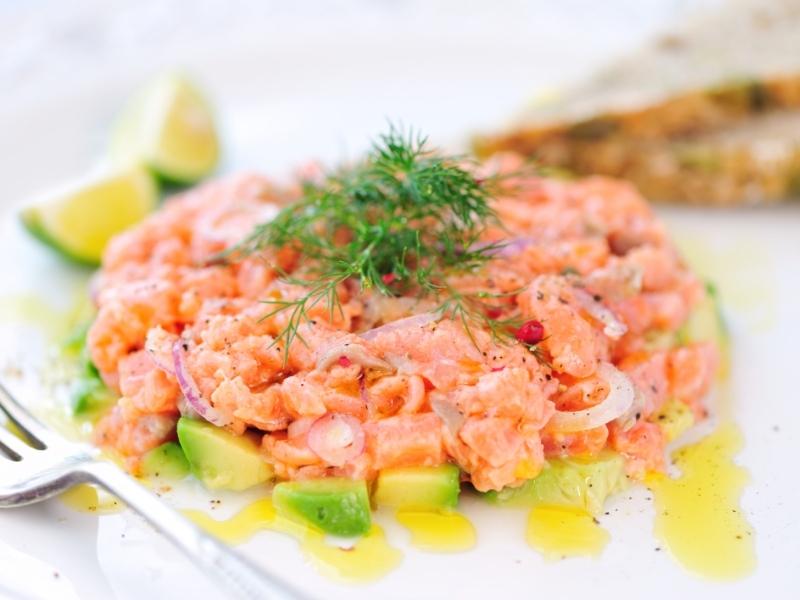 Тартар из лосося с авокадо