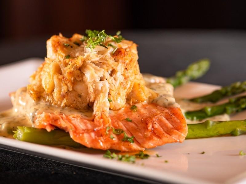 Жареный лосось со спаржей и кукурузой